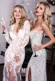 Mujeres hermosas con champán en las manos, celebrando Año Nuevo Imagenes de archivo