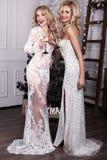 Mujeres hermosas con champán en las manos, celebrando Año Nuevo Foto de archivo