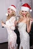 Mujeres hermosas con champán en las manos, celebrando Año Nuevo Fotos de archivo