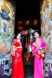 Mujeres hermosas con el vestido del chino del traitional Imágenes de archivo libres de regalías