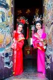 Mujeres hermosas con el vestido del chino del traitional Fotografía de archivo