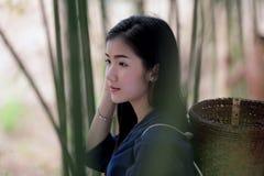 Mujeres hermosas de Laos del retrato en el vestido y el baske de Lao Traditional Foto de archivo libre de regalías