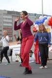Mujeres hermosas del baile al aire libre Tyumen Rusia Foto de archivo libre de regalías