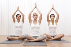 Mujeres hermosas del grupo interracial en la posición de la yoga Foto de archivo