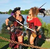 Mujeres hermosas en duelo del traje del pirata Foto de archivo libre de regalías