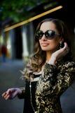 Mujeres hermosas en gafas de sol en ciudad imagenes de archivo