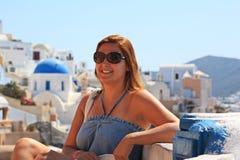 Mujeres hermosas en Santorini foto de archivo libre de regalías