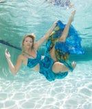 Mujeres hermosas en un traje de baño, o cola de las sirenas por encima y por debajo de Imagen de archivo libre de regalías