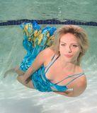 Mujeres hermosas en un traje de baño, o cola de las sirenas por encima y por debajo de Imagen de archivo