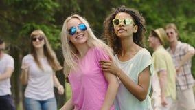 Mujeres hermosas felices que abrazan, baile, disfrutando de verano Atmósfera del partido almacen de metraje de vídeo