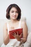 Mujeres hermosas jovenes de Asia que sostienen el libro y el lápiz Imagen de archivo libre de regalías