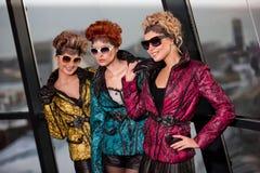 Mujeres hermosas jovenes en ropa de moda Foto de archivo libre de regalías