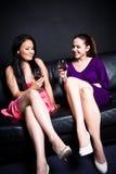 Mujeres hermosas que beben en un partido Imagen de archivo libre de regalías