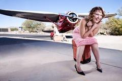 Mujeres hermosas que esperan un vuelo Foto de archivo