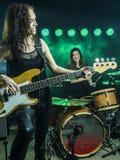 Mujeres hermosas que juegan en la banda de rock Fotografía de archivo libre de regalías