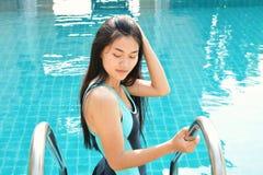 Mujeres hermosas que juegan en una piscina Fotografía de archivo libre de regalías
