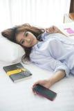 Mujeres hermosas que se relajan en el dormitorio Imagen de archivo