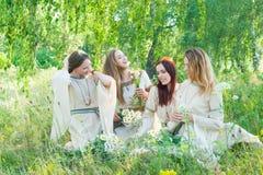Mujeres hermosas que se relajan sobre fondo de la naturaleza Imagen de archivo libre de regalías