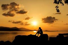 Mujeres hermosas que se sientan en la playa Imagen de archivo libre de regalías