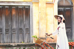 Mujeres hermosas Vietnam con el vestido blanco del ao dai Imagen de archivo libre de regalías