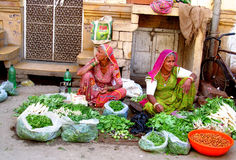 Mujeres hindúes en mercado callejero indio Fotos de archivo libres de regalías