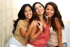 Mujeres hispánicas hermosas que sonríen en la playa Foto de archivo