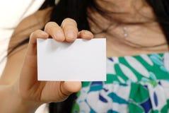 Mujeres hoding la tarjeta en blanco Foto de archivo libre de regalías