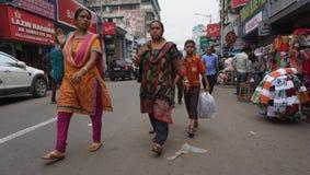 Mujeres indias en la calle que lleva la sari tradicional Imagen de archivo libre de regalías