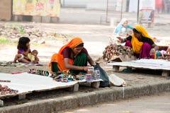 Mujeres indias en sari y sus recuerdos de las ventas de los niños Kerala, la India Imagenes de archivo