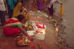 Mujeres indias perfoming el pooja de Chhath Imagen de archivo
