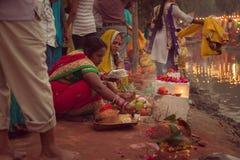 Mujeres indias que realizan el pooja de Chhath Foto de archivo libre de regalías