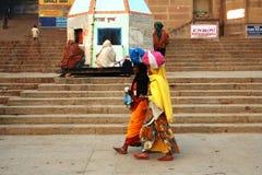 Mujeres indias que van a trabajar imagen de archivo