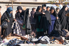 Mujeres iraquíes que hacen compras para la ropa del invierno Foto de archivo