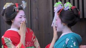 Mujeres japonesas jovenes en vestido tradicional del geisha almacen de metraje de vídeo