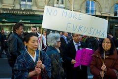 Mujeres japonesas que demuestran contra energía atómica imagen de archivo