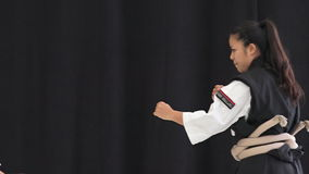 Mujeres japonesas que demuestran karate Okinawan