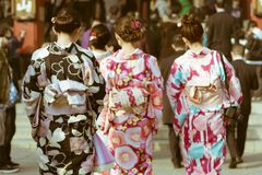 Mujeres japonesas tradicionales que llevan el kimono que camina hacia el templo en el templo de Senso-ji, Asakusa, Tokio, Japón foto de archivo