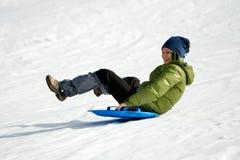 Mujeres jovenes al aire libre en el invierno que goza de la nieve Fotos de archivo