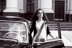Mujeres jovenes al lado del coche retro Foto de archivo