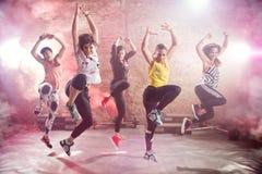 Mujeres jovenes aptas que bailan y que ejercitan imagen de archivo