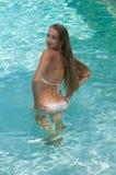 Mujeres jovenes atractivas que modelan los diversos equipos en una piscina Imagen de archivo libre de regalías
