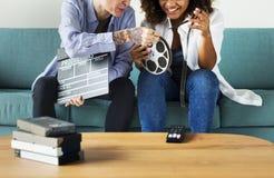 Mujeres jovenes con el carrete de la película de cine fotografía de archivo