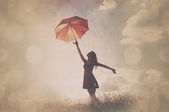 Mujeres jovenes con el paraguas Imágenes de archivo libres de regalías
