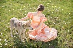 Mujeres jovenes con el perro fotos de archivo