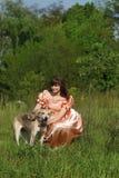 Mujeres jovenes con el perro imágenes de archivo libres de regalías