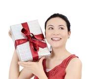 Mujeres jovenes con el regalo Fotografía de archivo libre de regalías