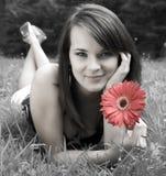 Mujeres jovenes con La rojo de la flor Fotografía de archivo