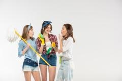Mujeres jovenes con las fuentes de limpieza fotos de archivo libres de regalías