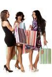 Mujeres jovenes con los bolsos de compras. Imagen de archivo