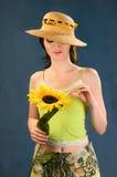 Mujeres jovenes con los girasoles Imagen de archivo libre de regalías